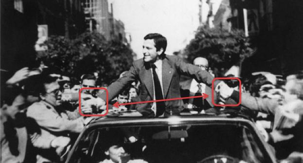 Momento en el que Suárez saluda a la gente desde el coche