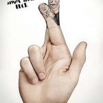 El típico gesto de cruzar los dedos para tener suerte, empleado en un anuncio de sistemas de seguridad