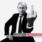 Putin realizando un gesto obsceno para la campaña de Reporteros sin fronteras