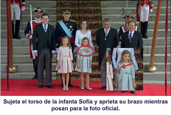 La reina Letizia sujetando de varias formas a su hija en la foto oficial