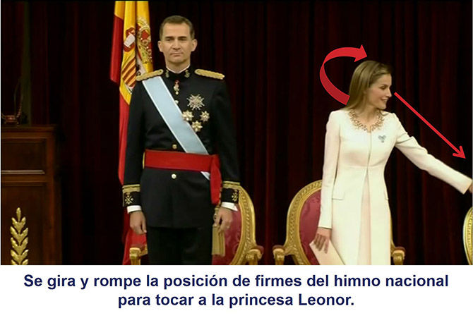 La reina Letizia rompe la posición de firmes del himno nacional para tocar a la princesa Leonor