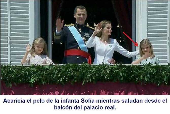 Mientras saluda en el balcón, la reina Letizia acarcia el pelo de su hija