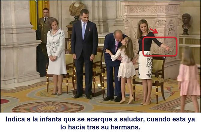 La reina Letizia indica a la infanta que se acerque, cuando esta ya lo estaba haciendo