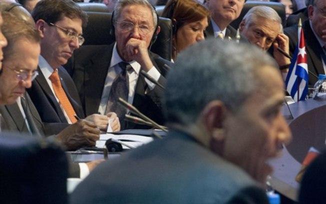 Raúl Castro escuhando a Obama