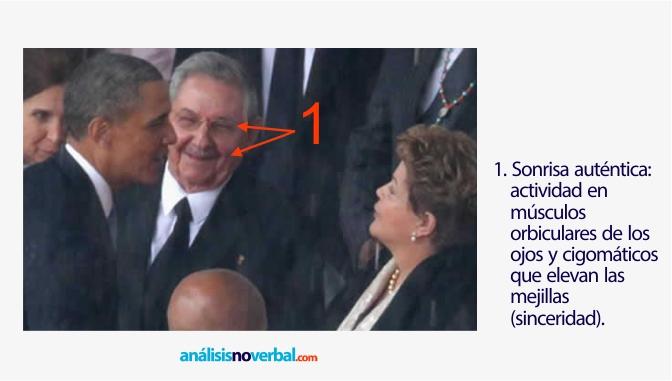 Castro muestra una sonrisa auténtica ante Obama