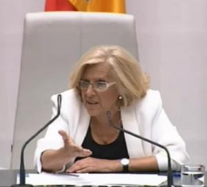 Manuela Carmena tiende la mano a la derecha