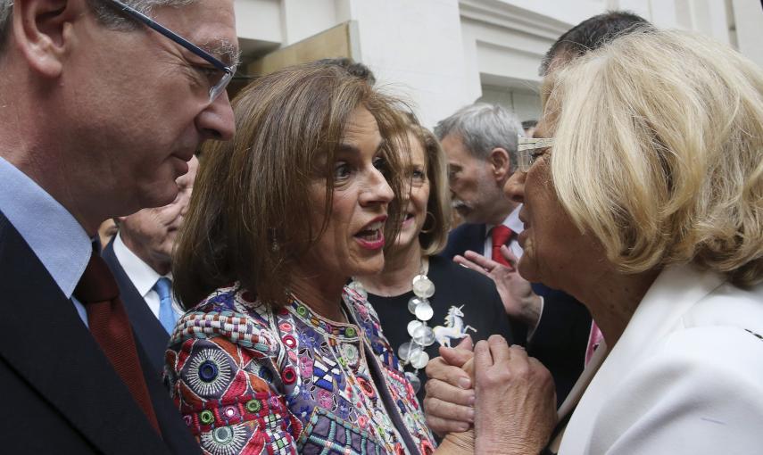 Manuela Carmena toma la mano de Ana Botella