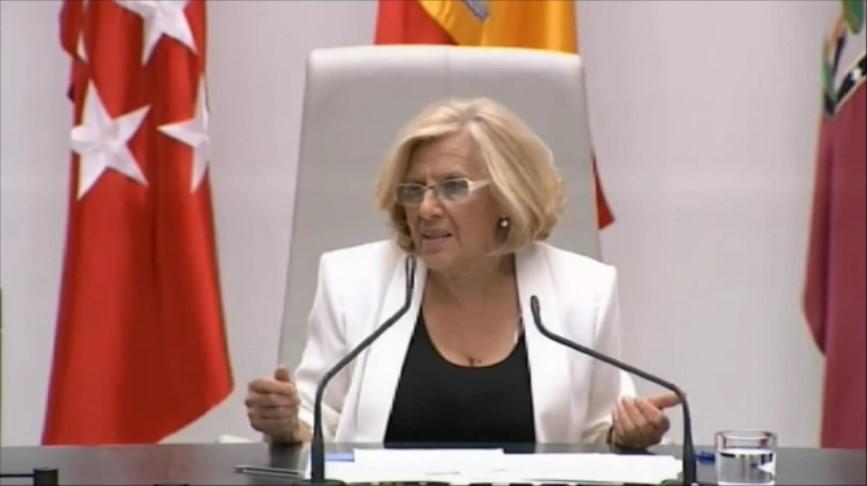 Manuela Carmena mira a su derecha