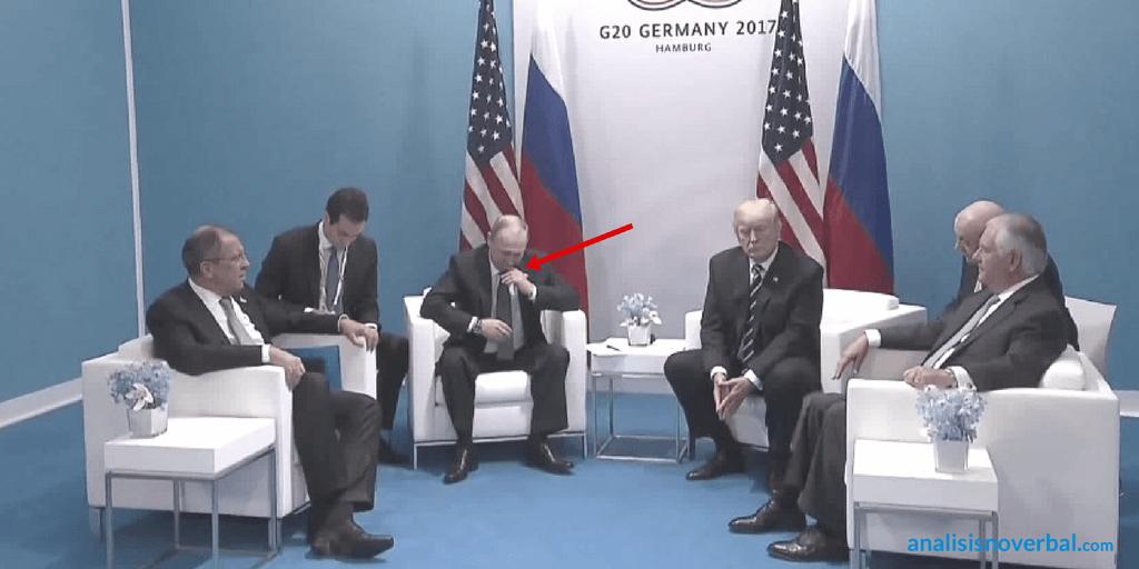 Gesto adaptador de Putin que confirma la incomodidad en el encuentro con Trump
