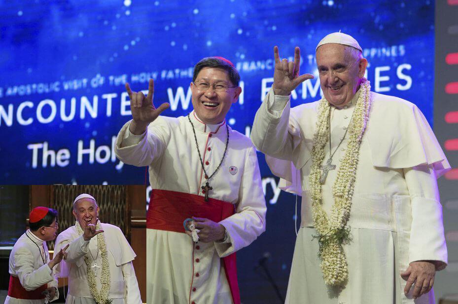 El cardenal de Manila enseña al papa a saludar a un grupo de sordomudos